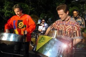 Martin Grah links und Martin Lehrer rechts, Enzo Lopardo hinten Mitte und Tamla Batra hinten rechts, Steelband Rhythm and Steel