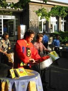 Vorne Martin Grah, dahinter rechts Martin Lehner, links hinten Tamla Batra, Steelband Rhythm and Steel